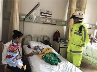 三岁男童手指被意外夹断 成都交警护送辗转两家医院