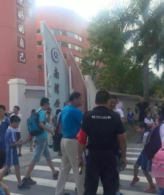 深圳一校长校门口制止家长替孩子背书包引争议