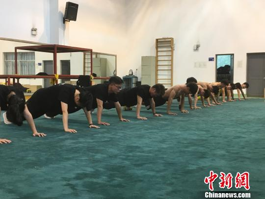 """武汉高校""""95后""""龙狮团弘扬中国传统文化"""