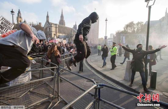 当地时间2014年11月19日,英国伦敦,学生参加全国性的游行示威,抗议教育系统预算削减,要求获得免费教育。