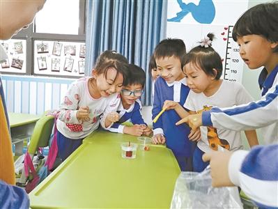 朱红梅博士给二年级的孩子们讲磁悬浮原理。