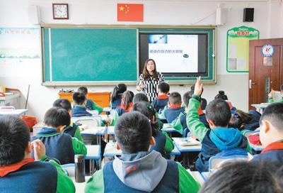 机器人怎么写诗 贵阳中小学特色课程:培养孩子的创新意识