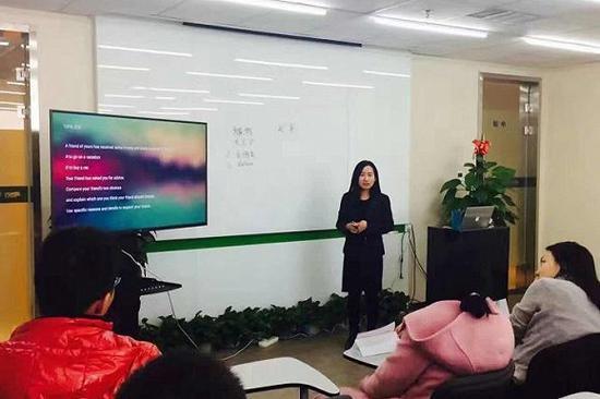 Xiaolan Tang正在给有留学意向的学生做演讲。图片来源:Xiaolan Tang