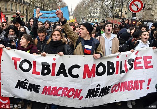 法国学生走上街头示威游行  抗议教育改革