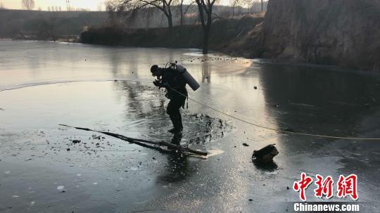 平遥两小学生在冰面上玩耍因踩破冰面溺亡 事发地水深约3米