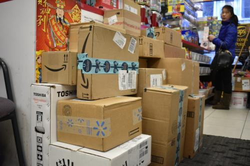 年底节日多美国华人寄礼品回国 快递服务需求大增