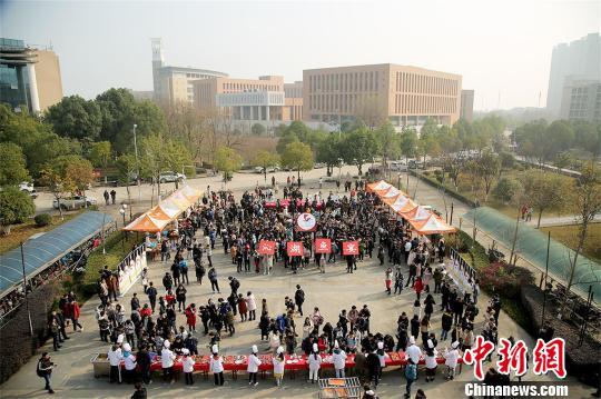 """武汉一高校连续第4年举办""""沁湖鱼宴"""" 免费烹饪给师生享用"""