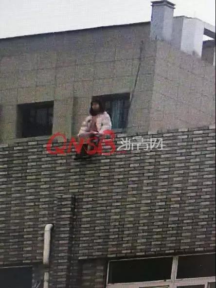 少女爬30米高楼欲轻生被劝下后  曾长期遭霸凌 孤单心事无人诉说