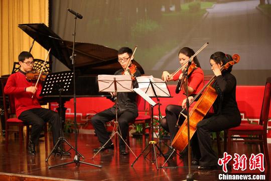 资料图片:中国驻俄罗斯大使馆举行华人华侨春节招待会,图为在俄留学生们为宾主演出提琴四重奏。中新社发 贾靖峰 摄