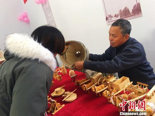图为齐天仓为学生讲解蒙古包摆件制作技艺。 张玮 摄