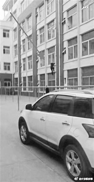 网传学生为回宿舍爬墙(视频截图)