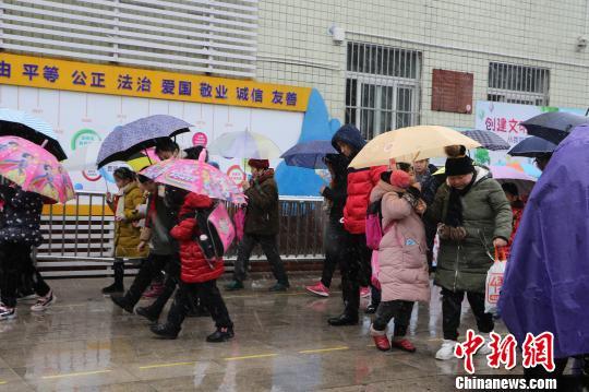 安徽合肥应对冰雪天:中小学幼儿园可实行弹性上下学