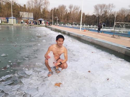 尹西明在西湖泳池冰面,他刚刚下水游了几十米,上岸后行动如常。