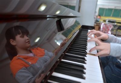 """17岁盲女用钢琴""""看""""世界 梦想:想看自己、给父母做顿饭"""