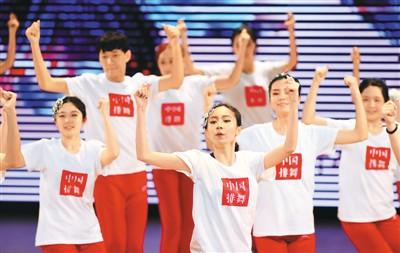 四川外国语大学师生展示排舞。新华社记者 王全超摄