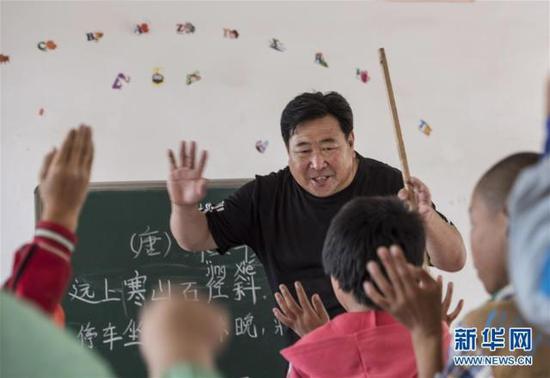 小学教师郭生俊:有坚守就有希望 就算只剩一名学生我也会认真教下去